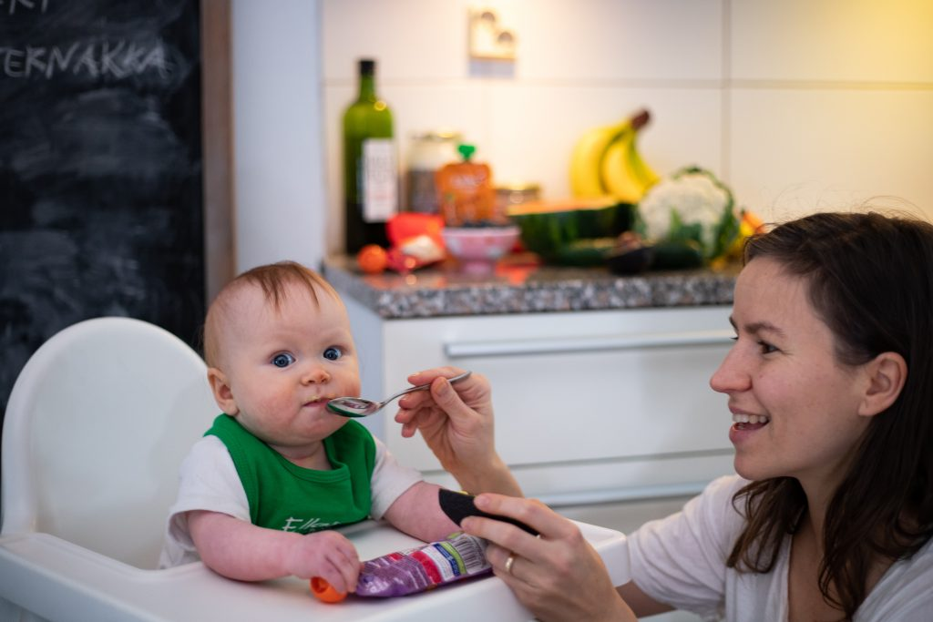 vauva syö vauvanruoka maistelu